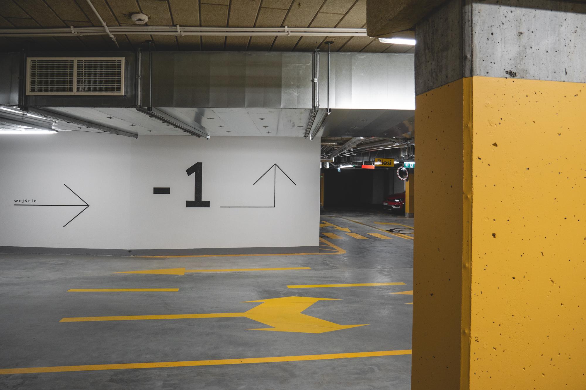 Grafika malowana na ścianie od szablonu