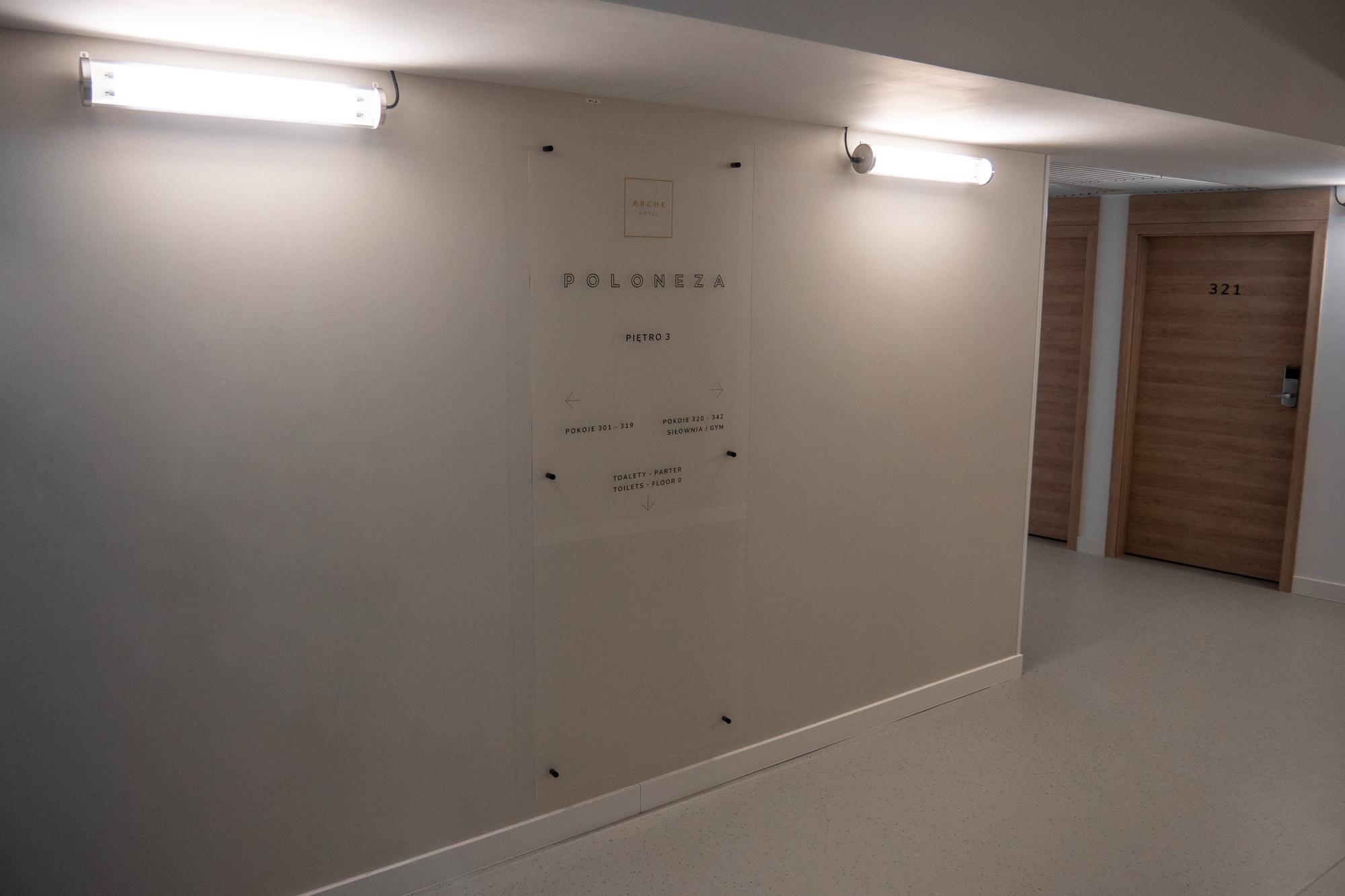 Tablica piętrowa z płyty Plexi przeklejona folią monotwana na dystansach