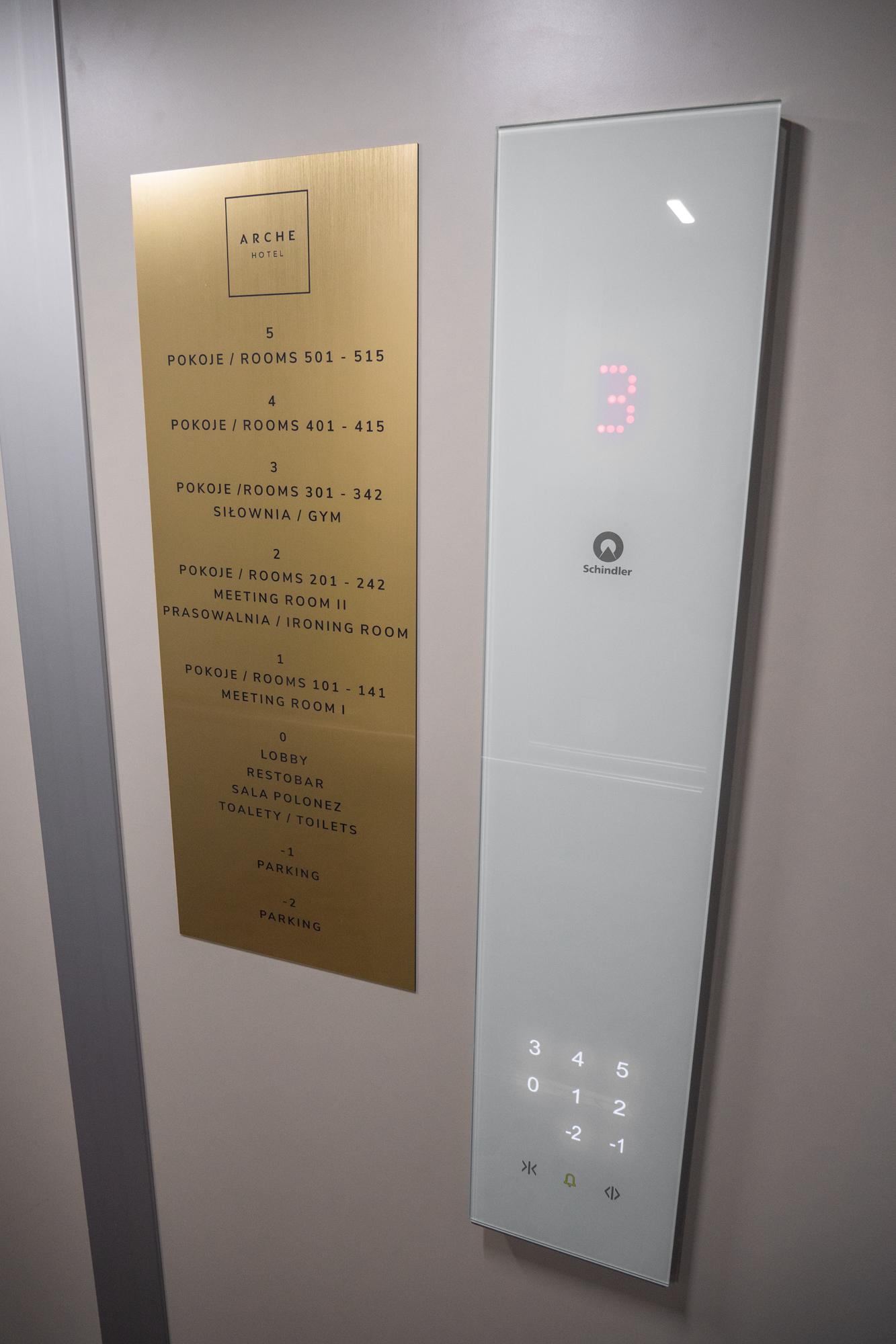 Oznaczenie zbiorcze w windzie