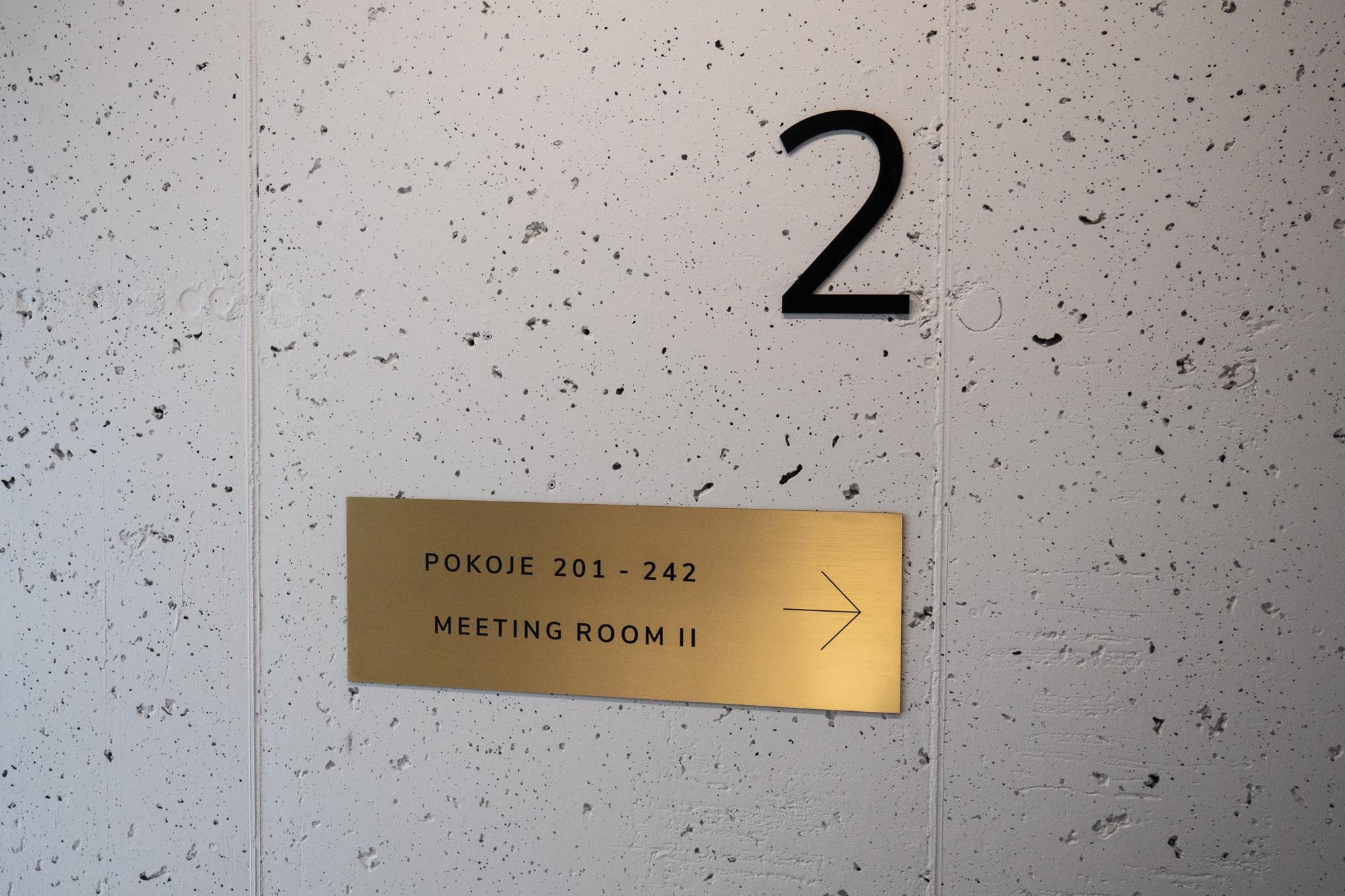 Oznaczenia pięter z tabliczką kierunkową