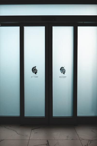 Oklejanie drzwi wejściowych